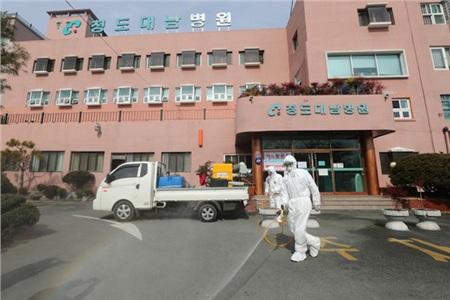 Tẩy uế trước bệnh viện ở Cheongdo, gần thành phố Daegu.Ảnh: AFP