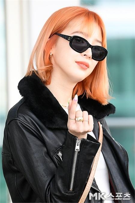 Sáng nay, khi Hàn Quốc vừa nâng mức độ nghiêm trọng của dịch bệnh lên 'báo động đỏ' thì người mẫu Irene Kim vẫn không sử dụng khẩu trang dù xuất hiện tại sân bay. Điều đó khiến cô bị 'gạch đá' rất nhiều.Jennie (Blackpink) nhận vô số lời chỉ trích từ Knet vì hành động này