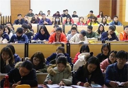 Sinh viên Đại học Y Hà Nộiđi học bình thường vàkhông đeo khẩu trang trong lớp.Ảnh: Infonet