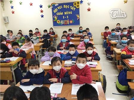 Học sinh trường Tiểu học Phan Đình Giót đeo khẩu trang trong giờ học.