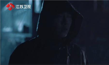 Người mặc áo đen chính là Từ Thiên và anh chàng đang lấy con ma-nơ-canh để dựng lại hiện trường