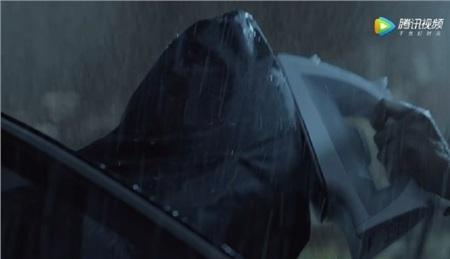 Thịnh Hạ dùng bàn ủi đập vào đầu Từ Thiên khiến anh chàng bất tỉnh