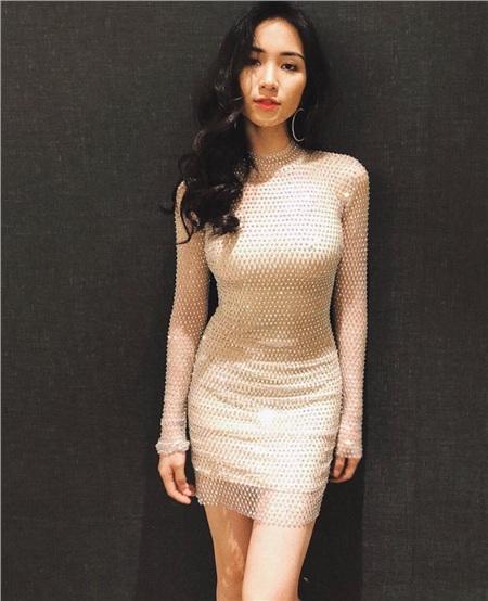 Trong giới nghệ sĩ, Hòa Minzycó một sở thích ngược đời chính là tự 'dìm hàng' chiều cao của mình với dàn chân dài Vbiz. Gần đây, nữ ca sĩ lại sưu tập thêm một bức ảnh đọ chiều cao với Hoa hậu Tiểu Vy.