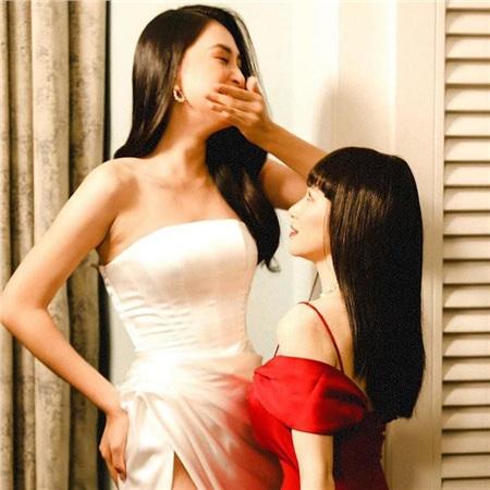 Điều đặc biệt nhất khiến ai xem cũng phải cười ngất đó là giọng caRời bỏchỉ đứng đến cổ của người đẹp sinh năm 2000. Thậm chí, phần ngực của nữ ca sĩ chỉ đến phần hông của mỹ nhân Quảng Nam.