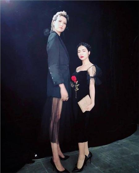 Đáng nhớ nhất chính là pha đọ dáng kinh điển của Hòa Minzy khi chỉ đứng đến...ngựcngười mẫu Hồng Xuân cao 1m90 của Vietnam's Next Top Model, tựa như một người tí hon và người khổng lồ.