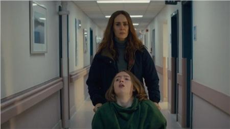 Sarah Paulson vào vai một người mẹ đau buồn và u uất trước đứa con bệnh tật mà mình hết lòng chăm sóc.