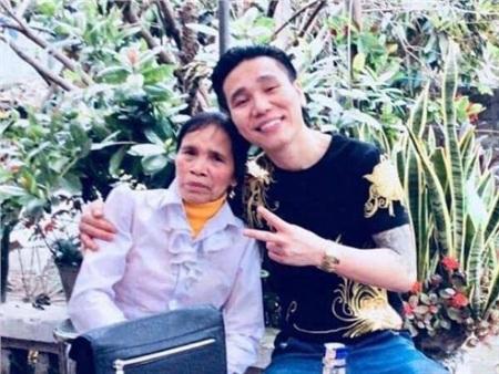 Châu Việt Cường và mẹ.