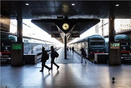 Ga đường sắt nổi tiếng Milano Cadorna gần như bị bỏ hoang phần mặc dù trong giờ cao điểm, có lẽ là do nỗi sợ virus đang xâm chiếm đất nước này