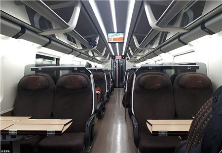 Một toa tàu trống trơn hành khách ở Milan