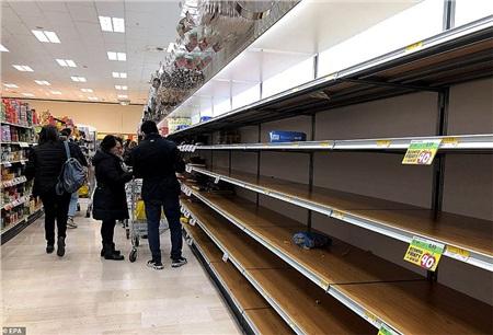 Các kệ bán khẩu trang tại siêu thị Esselunga ở Milan đã hết sạch, ai cũng muốn mua về dự trữ do lo sợ dịch bệnh