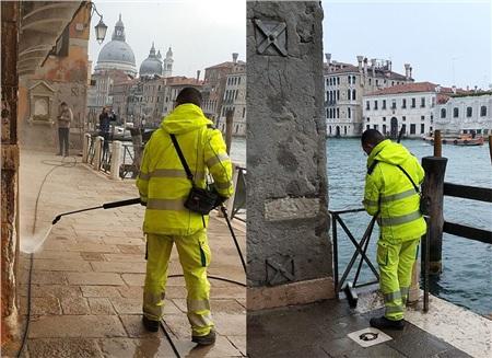Các nhân viên y tế đang khử trùng ở cạnh kênh đào của thành phố Venice
