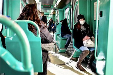 Người dân Milan giờ đây khi sử dụng xe điện cũng phải đeokhẩu trang để bảo vệ an toàn cho bản thân