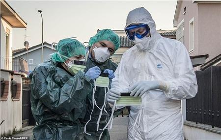 Những nhân viên y tế ở Ýphải thường xuyên kiểm tra tình hình của dịch bệnh