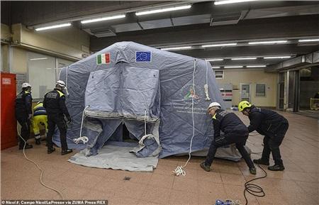 Các nhân viên y tế đã dựng lều tại Bệnh viện Giovanni Bosco ở Torino hôm qua để ứng phó kịp thờ với các ca nhiễm mới