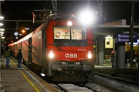 Một đoàn tàu buộc phải dừng lại kiểm tra trên đường ray tại nhà ga bên phía đèo Brenner của Ý vào Chủ nhật vừa qua, với 300 hành khách trên tàu sau khi có hai người phàn nàn về các triệu chứng giống như bệnh cúm