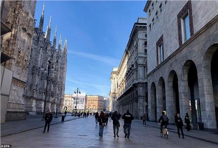 Một gốc phố đi bộ gần như trống rỗng, ítngười qua lại ở trung tâm của Milan