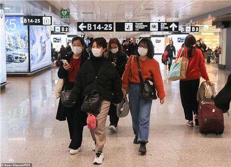 Hầu như hành khách nàocũng deo khẩu trang khi vừa đặt chân đến sân bay Fiumicino của Rome