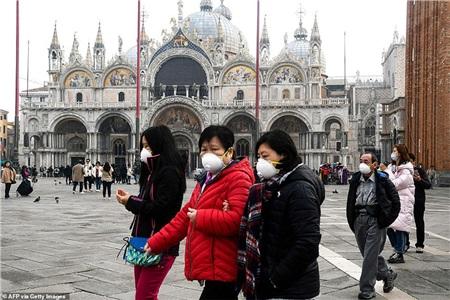 Du khách đeo khẩu trang trong khi đang tham quan Quảng trường Thánh Mark