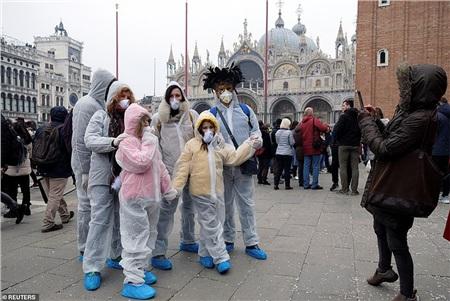 Thậm chí có những người mặc đồ bảo hộ đề phòng dịch