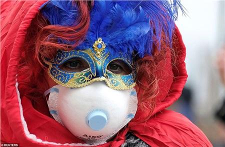 Một người tham dự đã đeo khẩu trang với mong muốn tham dự lễ hội hoá trang ở Venice, nhưng nó đã bị hủy bỏ vì sự bùng phát của virus Corona