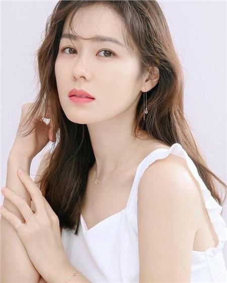 'Chị đẹp' Son Ye Jin sinh ngày 11 tháng 1 năm 1982 tạiSang-dong, Daegu, Hàn Quốc.