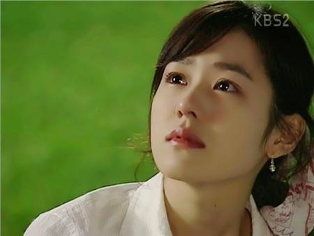 Son Ye Jin tham gia đóng phim từ năm 1999, đến nay vẫn luôn là cái tên được săn đón của Kbiz. Các bộ phim nổi bật của cô: 'Hương mùa hè', 'Tuyết tháng 4', 'Cô đơn trong tình yêu',.. và mớiđây là 'Chị đẹp mua cơm ngon cho tôi' và 'Hạ cánh nơi anh'.