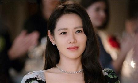 Tuy có sắc đẹp, danh tiếng, tài sảnnhưng Son Ye Jin đến giờ vẫn 'độc thân sáng giá'. Vì vậy, khi thấy cô thân thiết và quá đẹp đôi với nam tài tử Huyn Bin, người hâm mộ phải 'chèo thuyền' ngay lập tức nhưng nhận được cái kết 'đắng' vì hai bên liên tục phủ nhận tin đồn hẹn hò.
