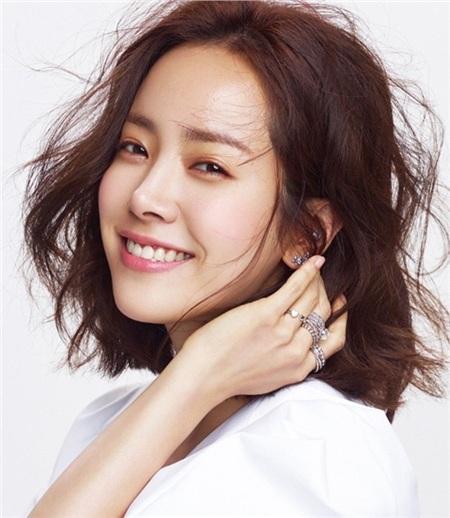 Trong sự nghiệp, Ảnh hậu Han Ji Min đã giành được rất nhiều giải thưởng danh giá. Sở hữu gương mặt xinh đẹp, diễn xuất thực lực, đời tư sạch, cô luôn được các nhà làm phim ưu ái giao vai nữ chính trong các bộ phim bom tấn. Sự nghiệp thăng hoa nhưng tình duyên lận đận, đến giờ, mỹ nhân này vẫn chưa tìm được 'một nửa' cho mình.