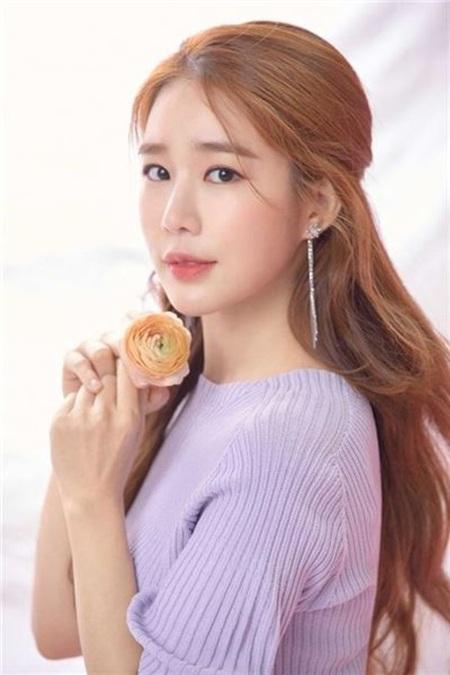 Cô được khán giả yêu mến với vai nữ phụ qua loạtphim 'Khu vườn bí mật', 'Người đàn ông của hoàng hậu In Hyun', 'Vì sao đưa anh tới', 'Yêu tinh'..