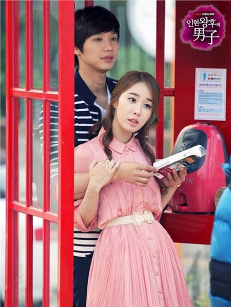 Vào năm 2012, sau khi cùng hợp tác đóng phim Queen In Hyun's Man, Yoo In Na công khai hẹn hò bạn diễn Ji Hyun Woo. Sau 2 năm hẹn hò rồi chia tay, đến nay Yoo In Na vẫn trung thành với hội F.A.