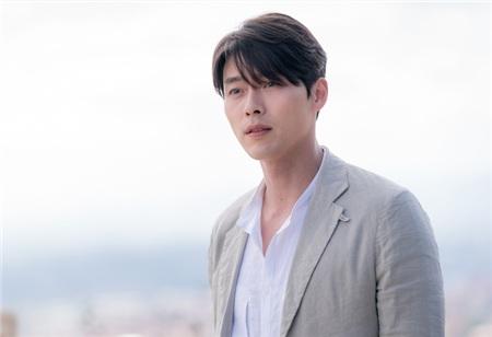 Về tình trường, Hyun Bin từng hẹn hò với hai mỹ nhân Song Hye Kyo và Kang So Ra. Đến hiện tại, anh liên tục dính tin đồn hẹn hò với bạn diễn 'Hạ cánh nơi anh' - Son Ye Jin.