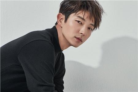 Hội quý ông U40 độc thân có một gương mặt đình đám không kém chính là diễn viên Lee Jun Ki.