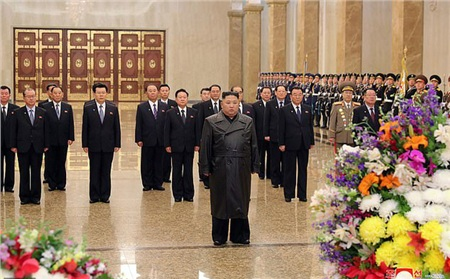 Chủ tịch Kim Jong Un đã đến thăm Cung điện Mặt trời Kumsusan, nhân kỷ niệm ngày sinh của cố lãnh đạo Kim Jong Il, ngày 15/2/2020 (Ảnh: KCNA)