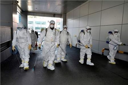 Nhân viên y tế khử trùng tại chi hội của Tân Thiên Địa ở Daegu.
