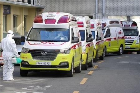Xe cấp cứu chở bệnh nhân nhiễm Covid-19 đến bệnh viện ở Daegu.