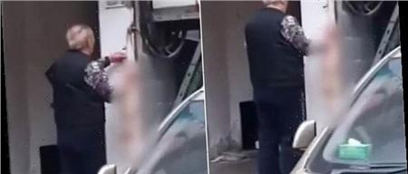 Người đàn ông lớn tuổi ở Vũ Hán đang lột da mèo bên ngoài một nhà hàng ở Vũ Hán. Ảnh: WEIBO