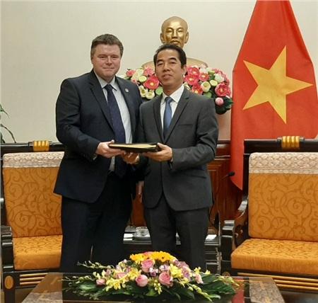 Ngày 13-2-2020, Phó tổng tư lệnh Cảnh sát vùng Kent và Essex Tim Smith trao sổ hai sổ tang từng được đặt tại Văn phòng Hội đồng Thurrock (hạt Essex) cho Thứ trưởng Bộ ngoại giao Việt Nam, ôngTô Anh Dũng