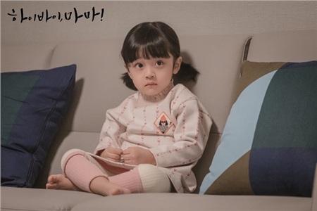 Được đóng bởi một bé trai nhưng con gái của Kim Tae Hee vẫn cực kỳ xinh xắn, đáng yêu trong 'Hi bye, mama!' 1