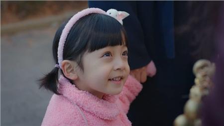 Được đóng bởi một bé trai nhưng con gái của Kim Tae Hee vẫn cực kỳ xinh xắn, đáng yêu trong 'Hi bye, mama!' 10