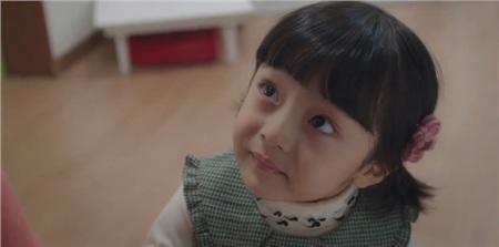 Được đóng bởi một bé trai nhưng con gái của Kim Tae Hee vẫn cực kỳ xinh xắn, đáng yêu trong 'Hi bye, mama!' 13