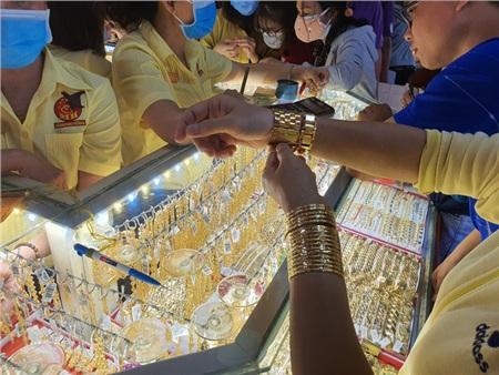 Giá vàng trong nước biến động mạnh dù giá thế giới ổn định. Ảnh: Linh Anh
