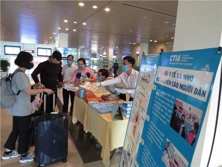 Hành khách là người mang quốc tịch Việt Nam đang sinh sống, học tập, lao động ở Hàn Quốc bắt đầu từ 21 giờ ngày 26-2-2020 nhập cảnh vào Việt Nam sẽ phải cách ly tập trung 14 ngày - Ảnh minh họa: Phát khẩu trang cho khách tại cảng hàng không quốc tế - Ảnh: CTV