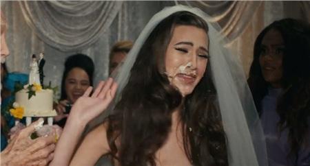 Những tưởng khi về già sẽ tốt hơn hồi trẻ nhưng không, hắn còn khiến cô dâu trẻ hơn nhiều tuổi của mình bẽ mặt và phải bỏ đi ngay trong bữa tiệc đám cưới của chính mình.