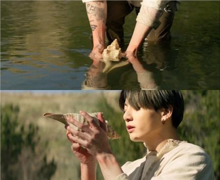 Khoảnh khắc Jungkook công khaihình xăm trong MV mới.