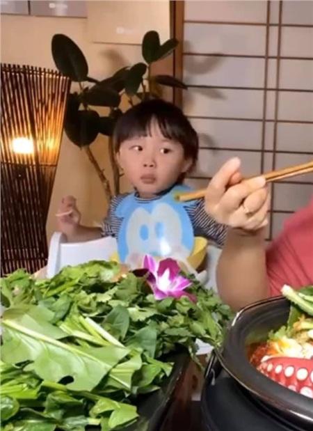 Biểu cảm đáng yêu của bé Sa khi thấy mẹ Quỳnh ngồi ăn.