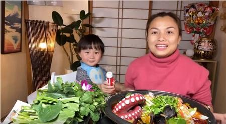 Bé Sa xuất hiện trong clip ăn uống mới nhất của Quỳnh Trần.