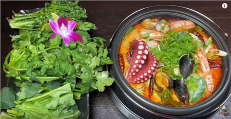 Lẩu Tomyum hải sản chua cay được Quỳnh Trần thực hiện.