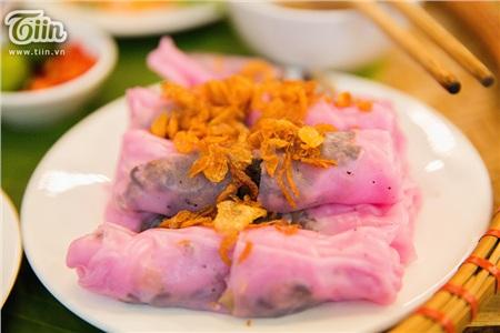 Được làm từ thanh long nên bánh cuốn thanh long có màu hồng rực rỡ