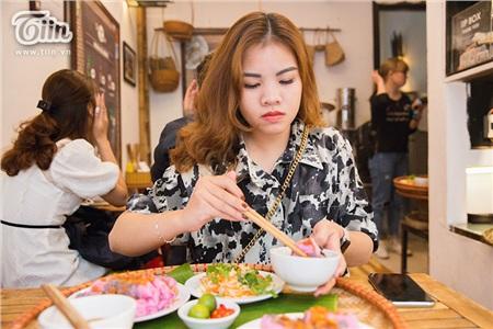 Khám phá món bánh cuốn thanh long 'hot trend' ở Hà Nội, khách nước ngoài cũng rần rần rủ nhau đến thử 6