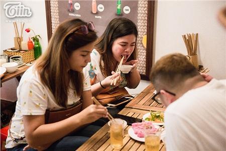 Nhóm du khách người Philippines hào hứng với món bánh cuốn thanh long